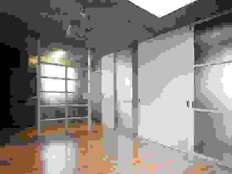 半透明の板塀で囲む住居 モダンデザインの リビング の ユミラ建築設計室 モダン