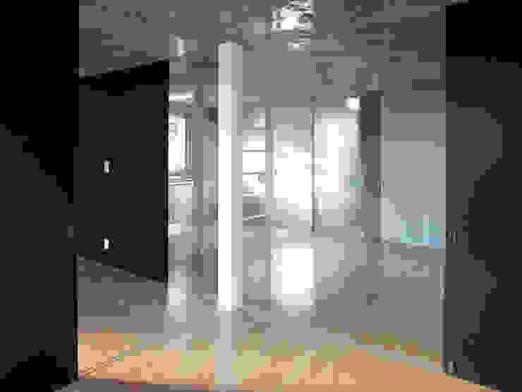半透明の板塀で囲む住居 モダンデザインの 多目的室 の ユミラ建築設計室 モダン