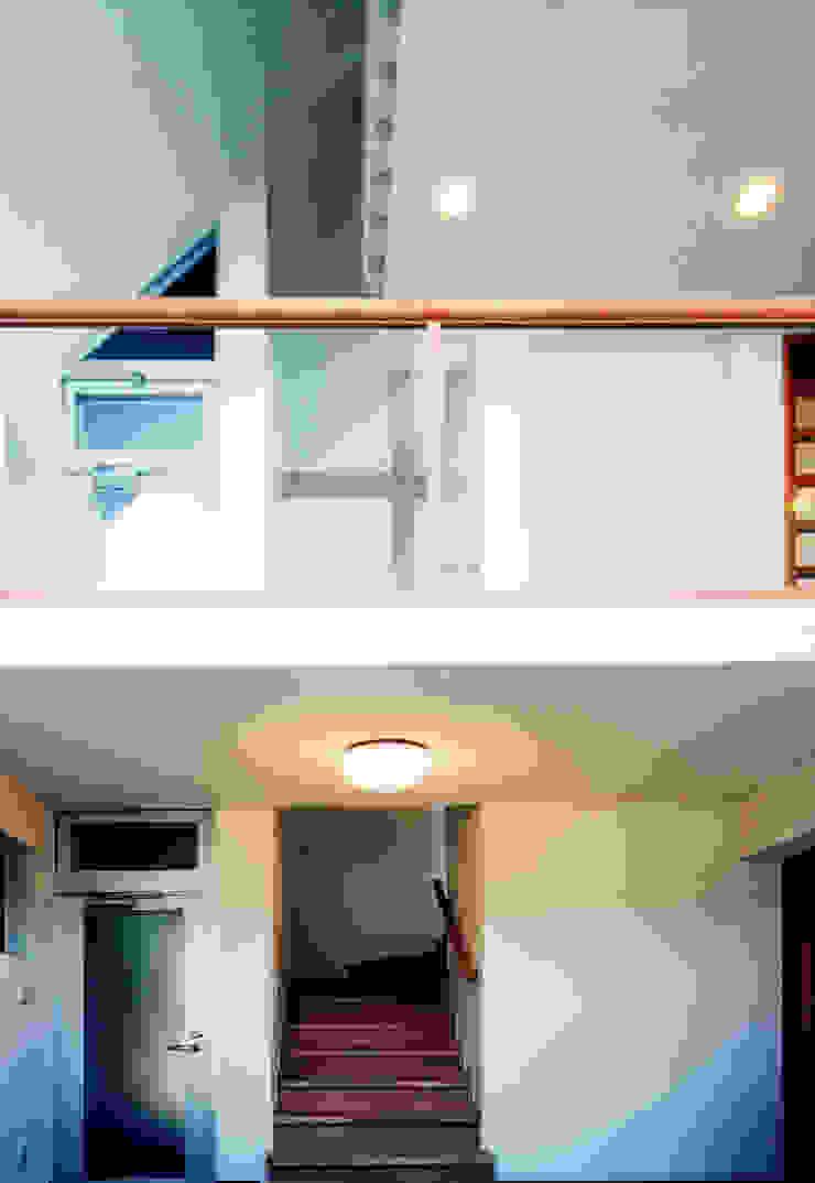 Corredores, halls e escadas modernos por ユミラ建築設計室 Moderno