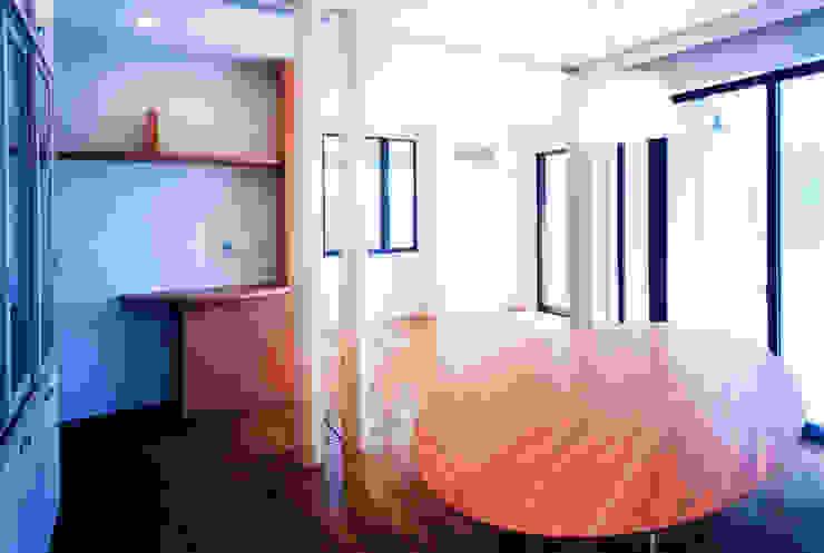 Salas de jantar modernas por ユミラ建築設計室 Moderno