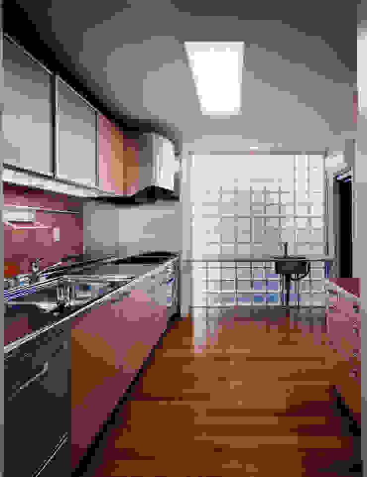 Cozinhas modernas por ユミラ建築設計室 Moderno
