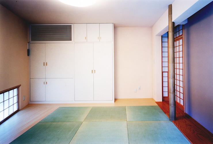 Salas multimídia modernas por ユミラ建築設計室 Moderno