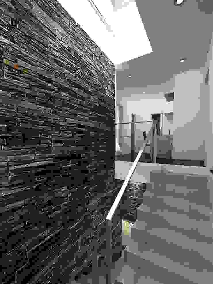 Chazarreta-Tohus-Almendra 現代風玄關、走廊與階梯