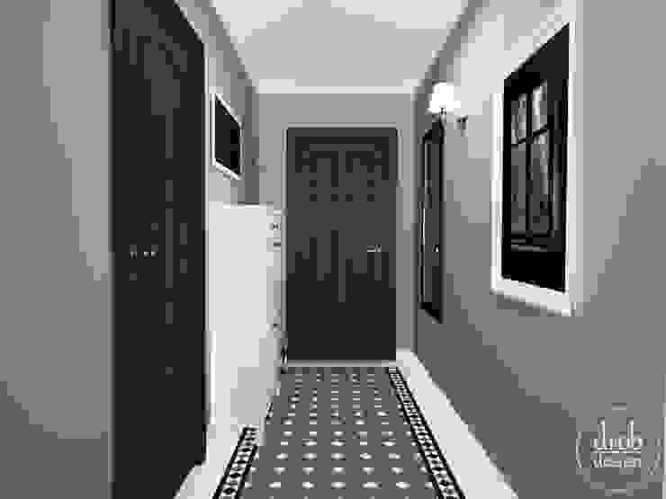 Klasyczny Holl - mieszkanie w Lublinie. Widok na drzwi wyjściowe. Klasyczny korytarz, przedpokój i schody od Drob Design Klasyczny Ceramiczny