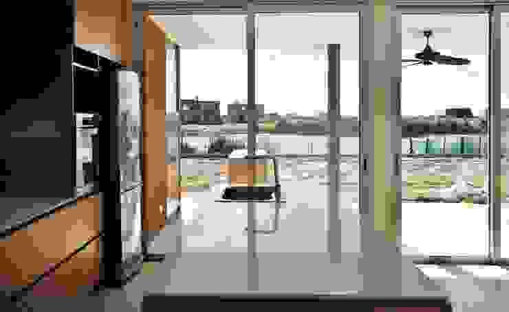 Modern kitchen by Estudio Maraude Arquitectos Modern