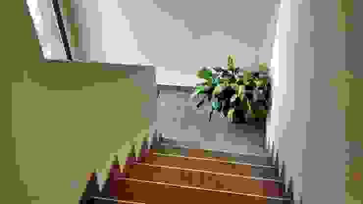 Modern Corridor, Hallway and Staircase by BULLK Aruitectura y construcción Modern