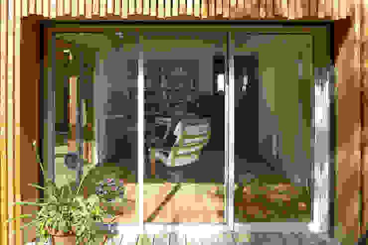Extension bois – La Fare les Olivier T3 Architecture Balcon, Veranda & Terrasse modernes