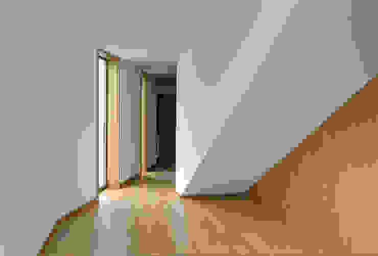 Casa BLS: Corredores e halls de entrada  por m2.senos,