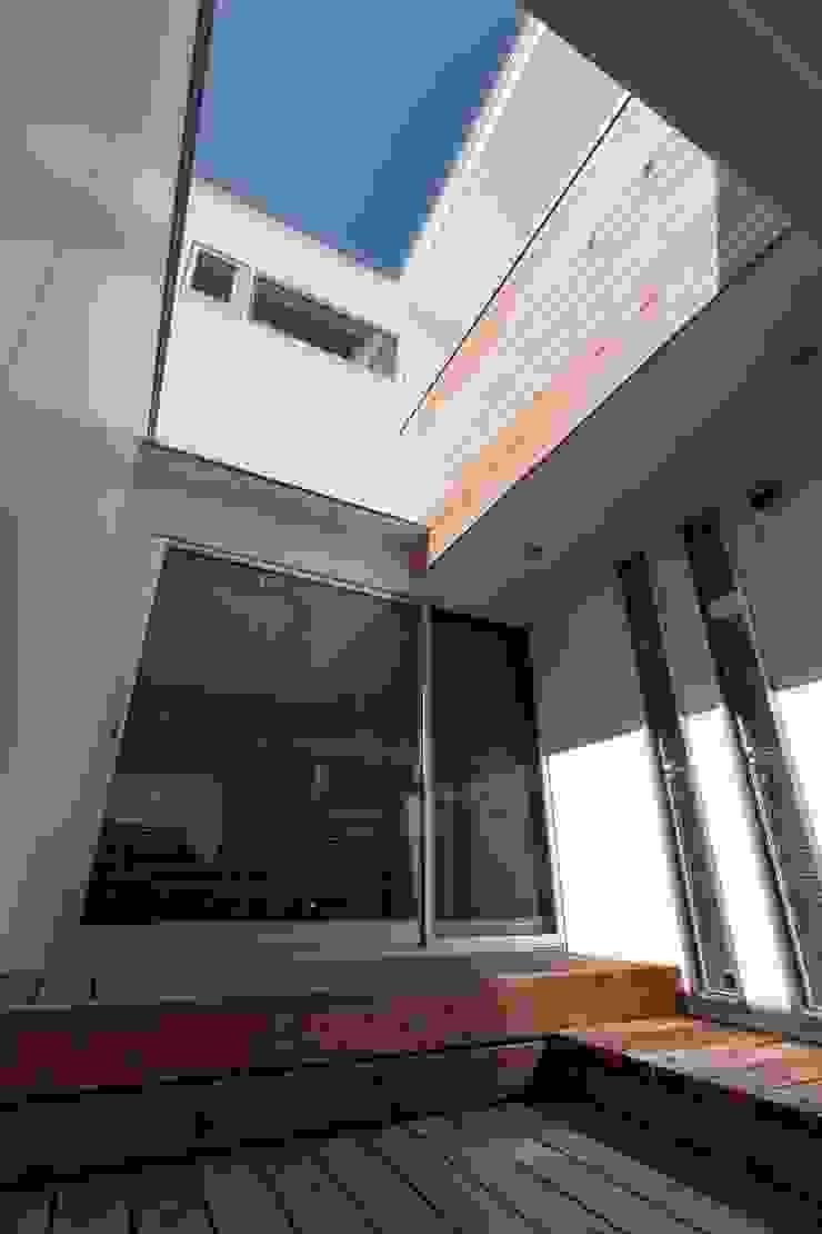 自分だけの空のあるイエ モダンデザインの テラス の アトリエ エフ・スタイル モダン
