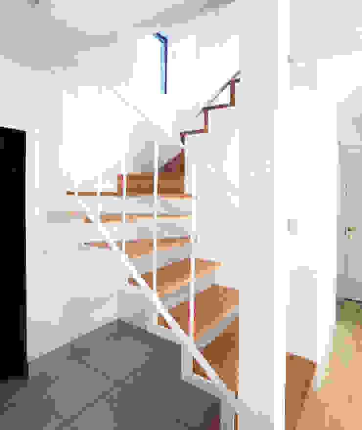 庭を囲む家 モダンスタイルの 玄関&廊下&階段 の ユミラ建築設計室 モダン