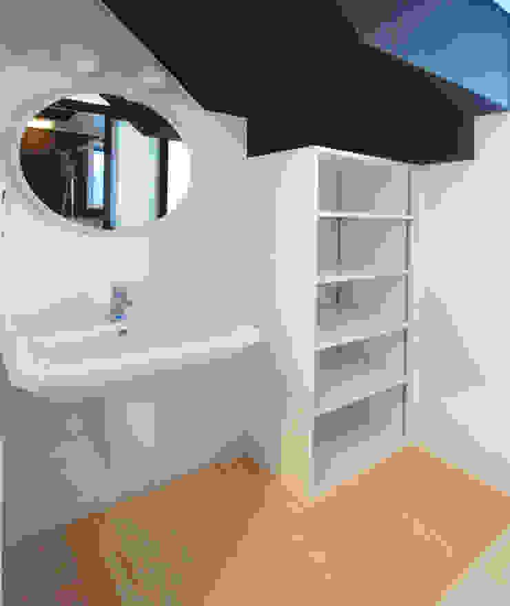 庭を囲む家 モダンスタイルの お風呂 の ユミラ建築設計室 モダン