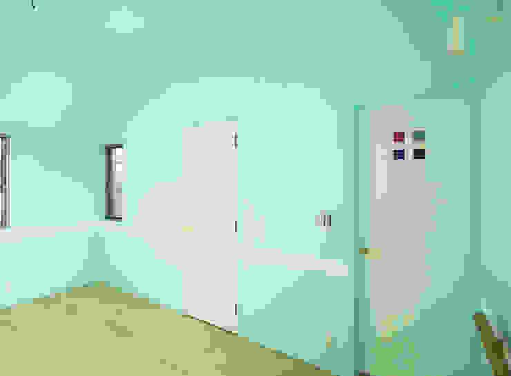 庭を囲む家 モダンスタイルの寝室 の ユミラ建築設計室 モダン