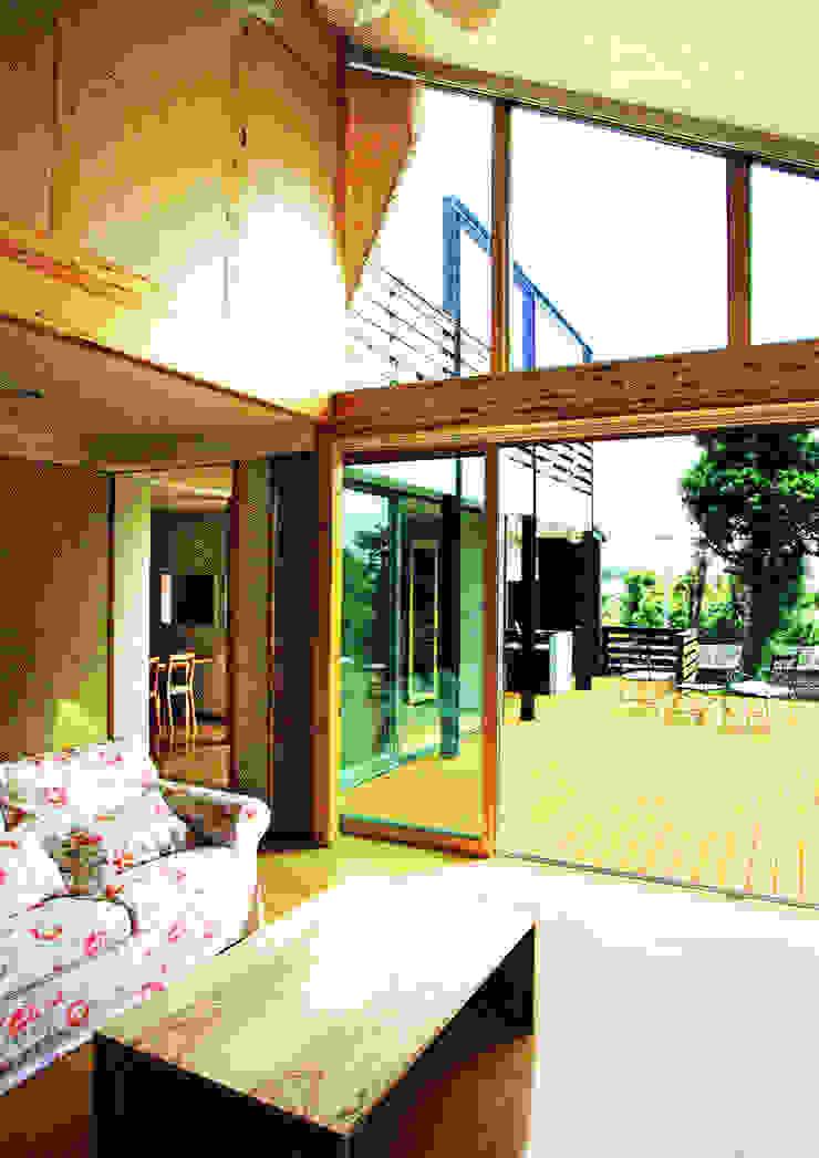 デッキテラスの家(リフォーム) モダンデザインの テラス の ユミラ建築設計室 モダン