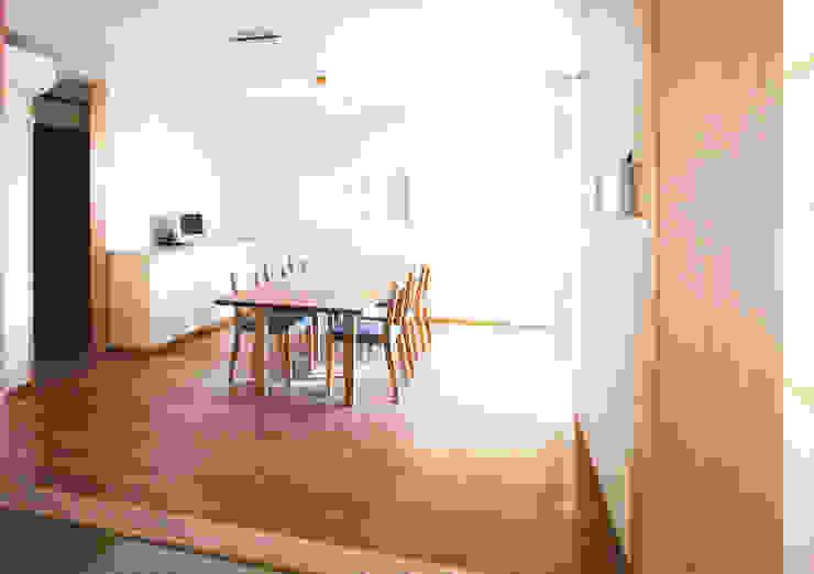 Moderne Esszimmer von ユミラ建築設計室 Modern