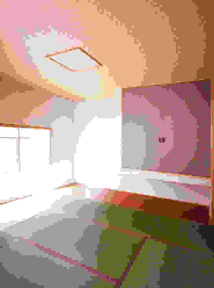 Moderner Multimedia-Raum von ユミラ建築設計室 Modern