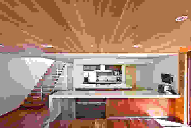 La casa en el bosque Salones modernos de EMA Espacio Multicultural de Arquitectura Moderno