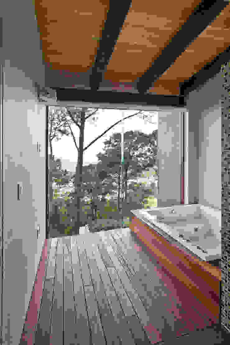 La casa en el bosque Baños modernos de EMA Espacio Multicultural de Arquitectura Moderno