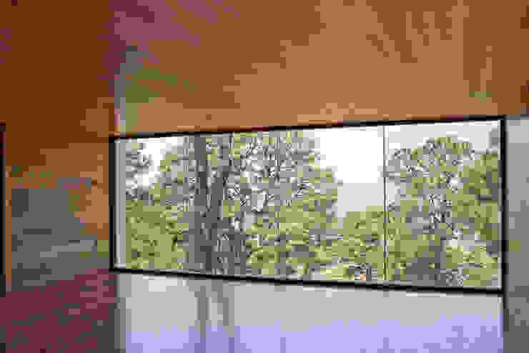 La casa en el bosque Puertas y ventanas modernas de EMA Espacio Multicultural de Arquitectura Moderno