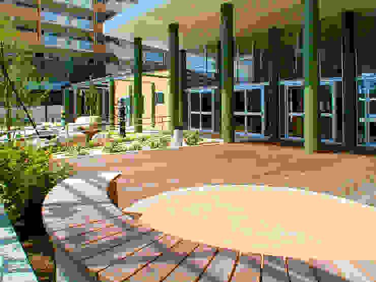 Balcones y terrazas de estilo moderno de ユミラ建築設計室 Moderno