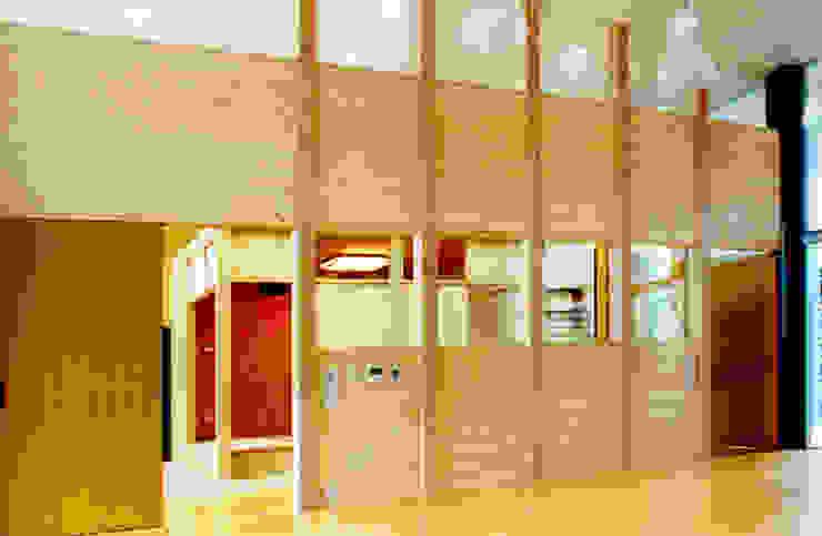 Paredes y suelos de estilo moderno de ユミラ建築設計室 Moderno