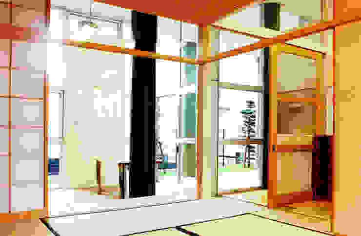 Salas multimedia de estilo moderno de ユミラ建築設計室 Moderno