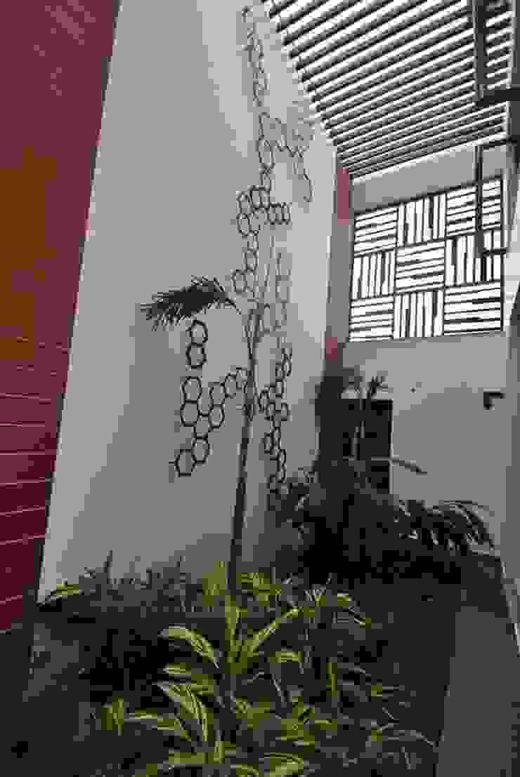 Mr & Mrs Pannerselvam's Residence Modern walls & floors by Murali architects Modern