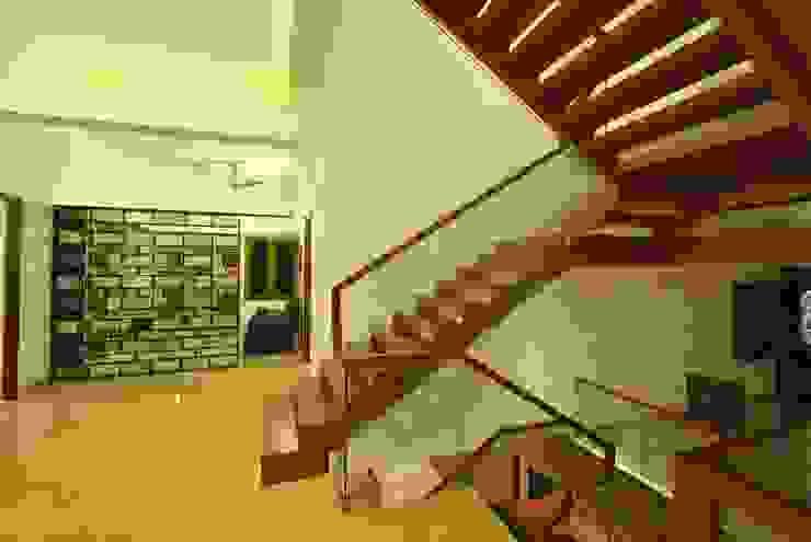 Mr & Mrs Pannerselvam's Residence Modern corridor, hallway & stairs by Murali architects Modern