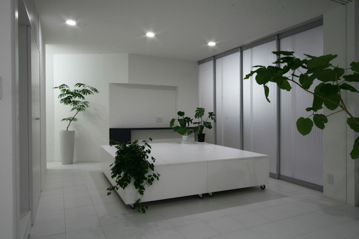 Modern style media rooms by 伊波一哉建築設計室 Modern Wood Wood effect