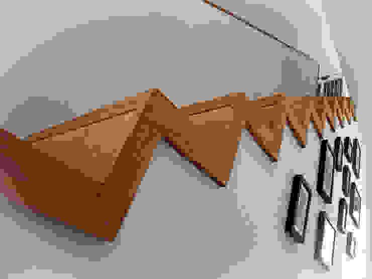 VILLA L.02 Couloir, entrée, escaliers modernes par TRIBU ARCHITECTES Moderne