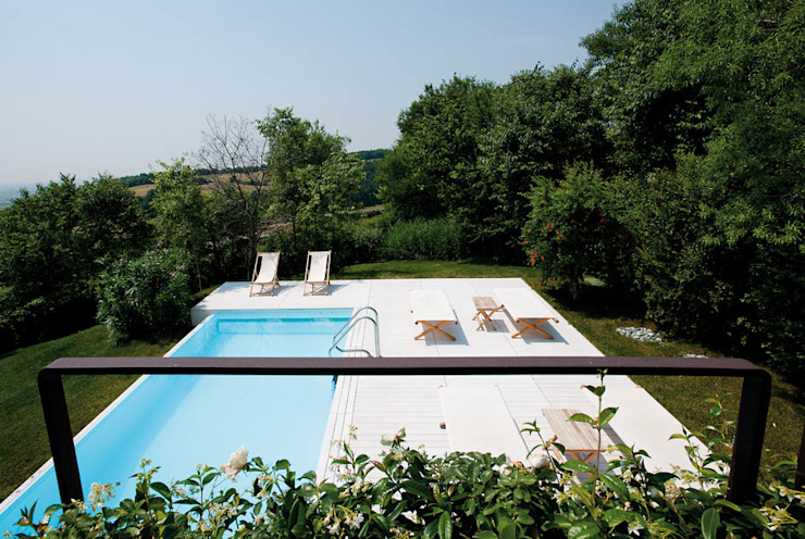 Casa in collina: Piscina in stile  di Benedini & Partners, Moderno