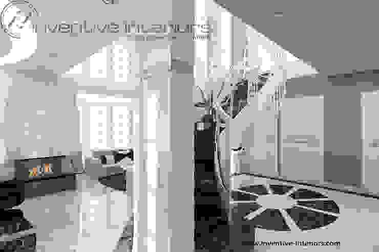 Żyrandol przy schodach Klasyczny korytarz, przedpokój i schody od Inventive Interiors Klasyczny Marmur