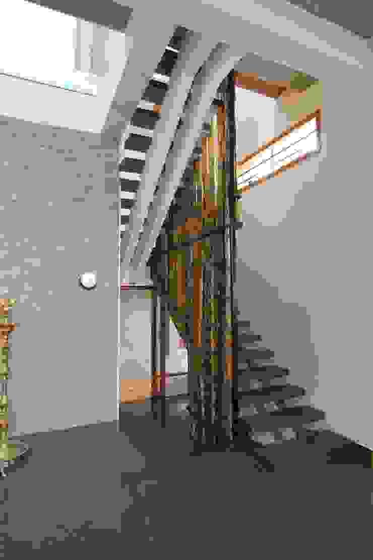 shanthi priya n mohan 's Residence @ ECR in 1450 sq feet site Modern corridor, hallway & stairs by Murali architects Modern