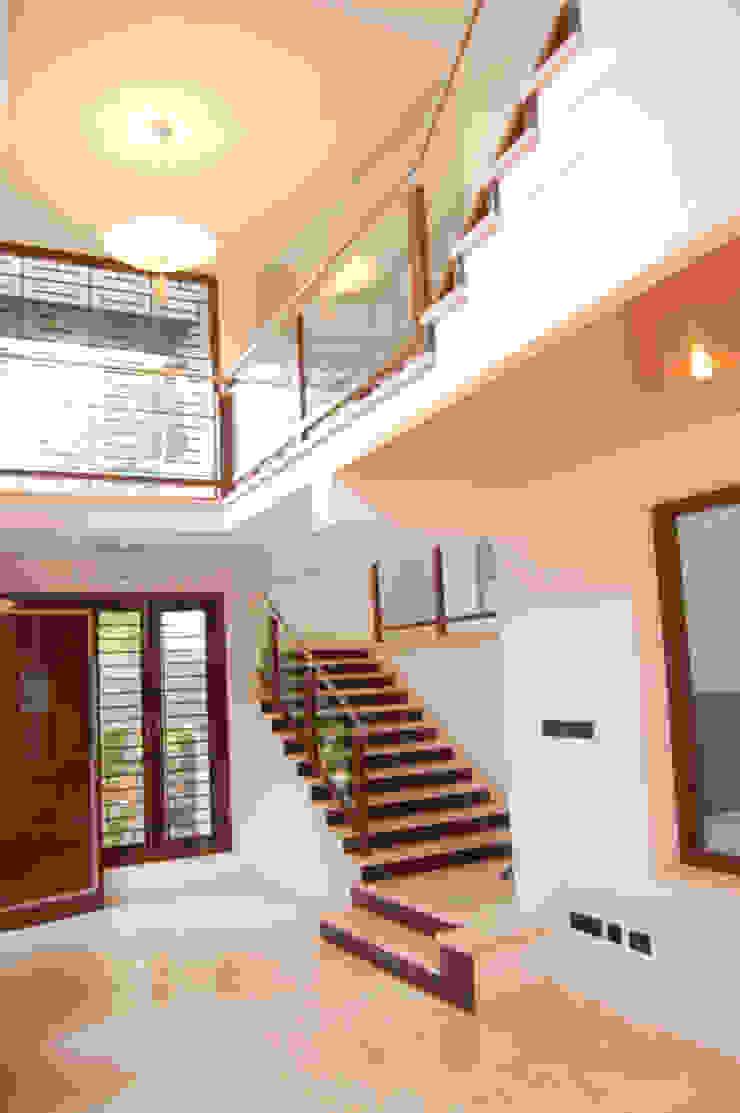 House of Dr. Hariharan Modern corridor, hallway & stairs by Murali architects Modern
