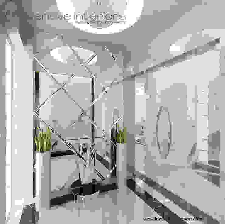 Efektowne lustro w wiatrołapie Klasyczny korytarz, przedpokój i schody od Inventive Interiors Klasyczny Marmur