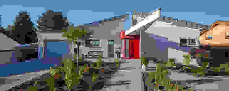 Eingang mit durchstoßendem Vordach Moderne Häuser von aaw Architektenbüro Arno Weirich Modern