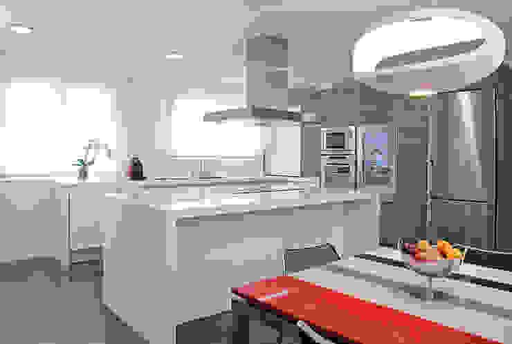 cocina con isla en office Cocinas modernas: Ideas, imágenes y decoración de Estudio Cot Moderno