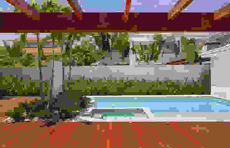 Residência Barra da Tijuca III Piscinas modernas por Carmen Mouro - Arquitetura de Exteriores e Paisagismo Moderno Mármore
