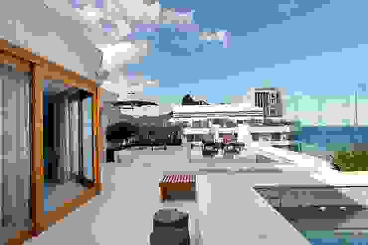 Cobertura São Conrado Varandas, alpendres e terraços modernos por Carmen Mouro - Arquitetura de Exteriores e Paisagismo Moderno Mármore