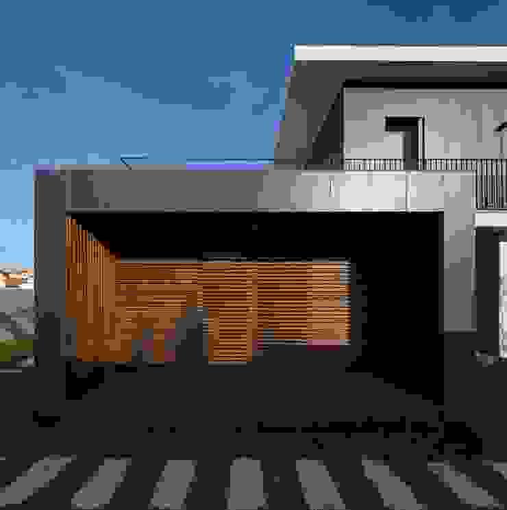 FACHADA TARDOZ por OW ARQUITECTOS lda | simplicity works Moderno Madeira Acabamento em madeira