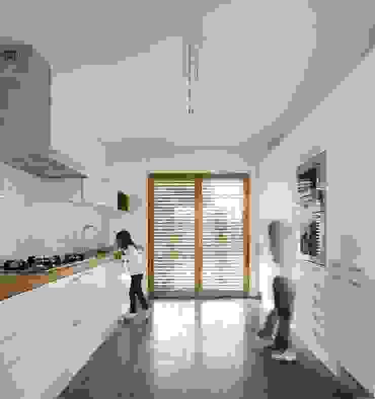 COZINHA por OW ARQUITECTOS lda | simplicity works Moderno Madeira Acabamento em madeira