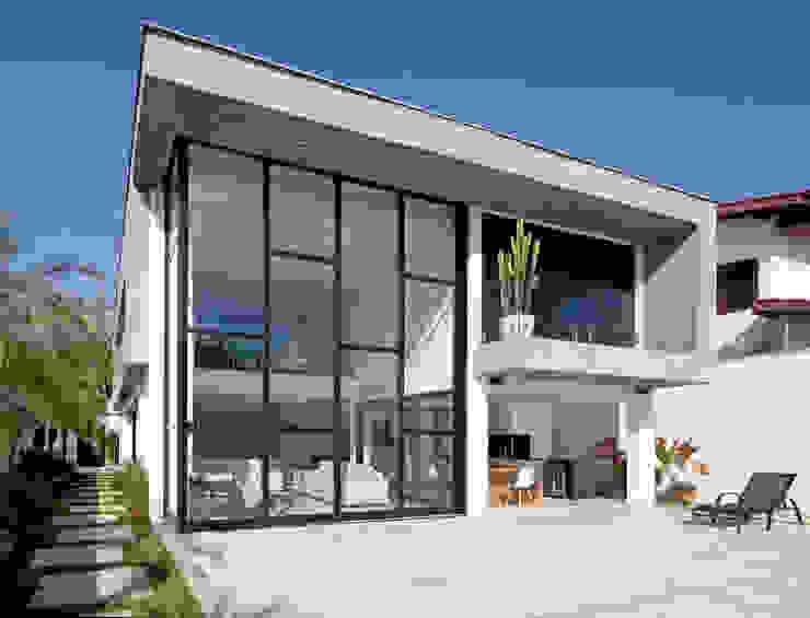 FACHADA POSTERIOR: Casas  por Conrado Ceravolo Arquitetos