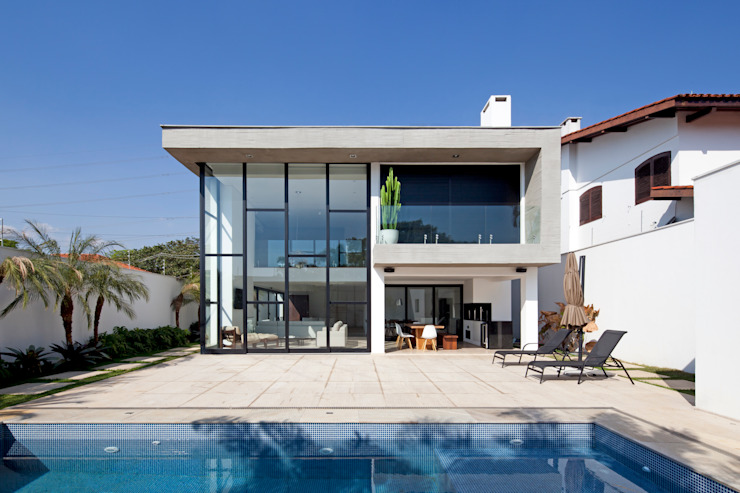 FACHADA POSTERIOR E PISCINA: Casas  por Conrado Ceravolo Arquitetos