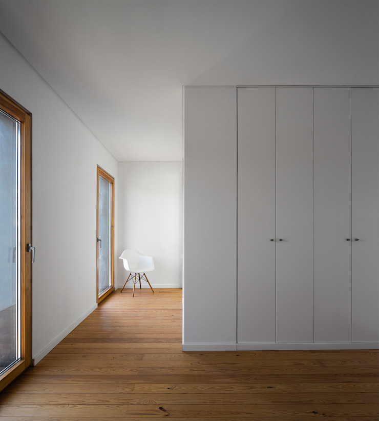 CLOSET Quartos modernos por OW ARQUITECTOS lda | simplicity works Moderno Madeira maciça Multicolor