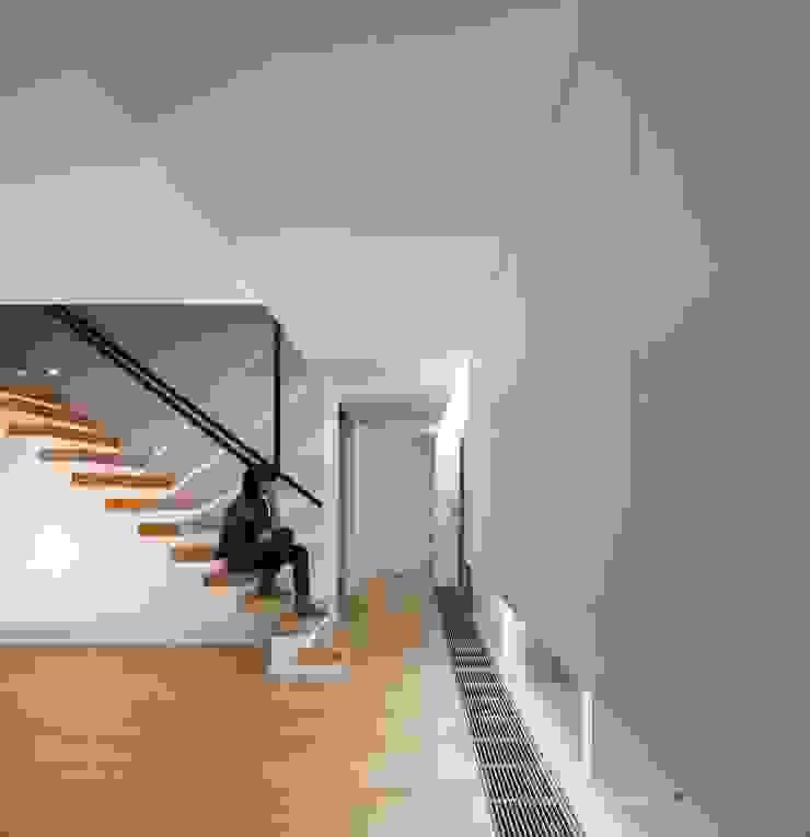SALA COMUM Corredores, halls e escadas modernos por OW ARQUITECTOS lda | simplicity works Moderno Madeira maciça Multicolor