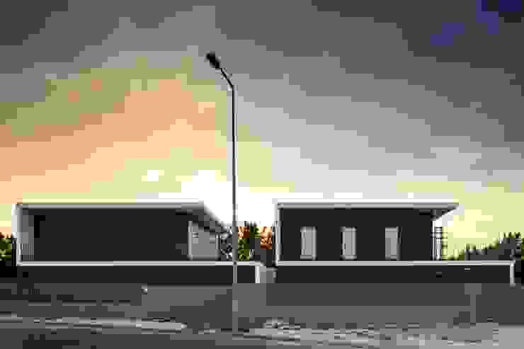 FACHADA PRINCIPAL por OW ARQUITECTOS lda | simplicity works Moderno Derivados de madeira Transparente