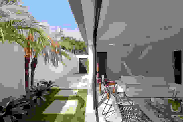 ABERTURA LATERAL DA CASA Casas modernas por Conrado Ceravolo Arquitetos Moderno