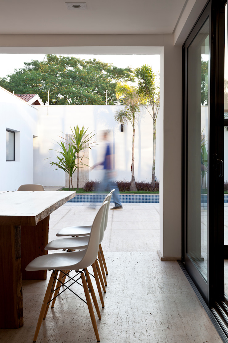 Conrado Ceravolo Arquitetos Modern style balcony, porch & terrace