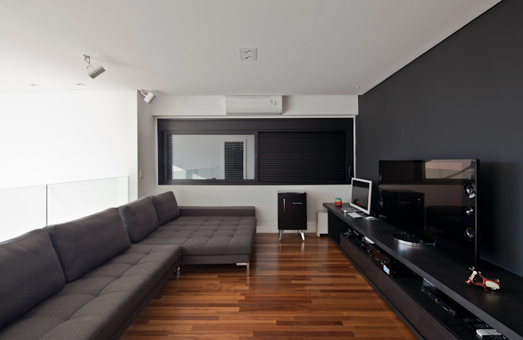 SALA DE TV: Salas multimídia  por Conrado Ceravolo Arquitetos