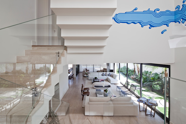 INTERNA COM GRAFITTI ZEZÃO: Salas de estar  por Conrado Ceravolo Arquitetos