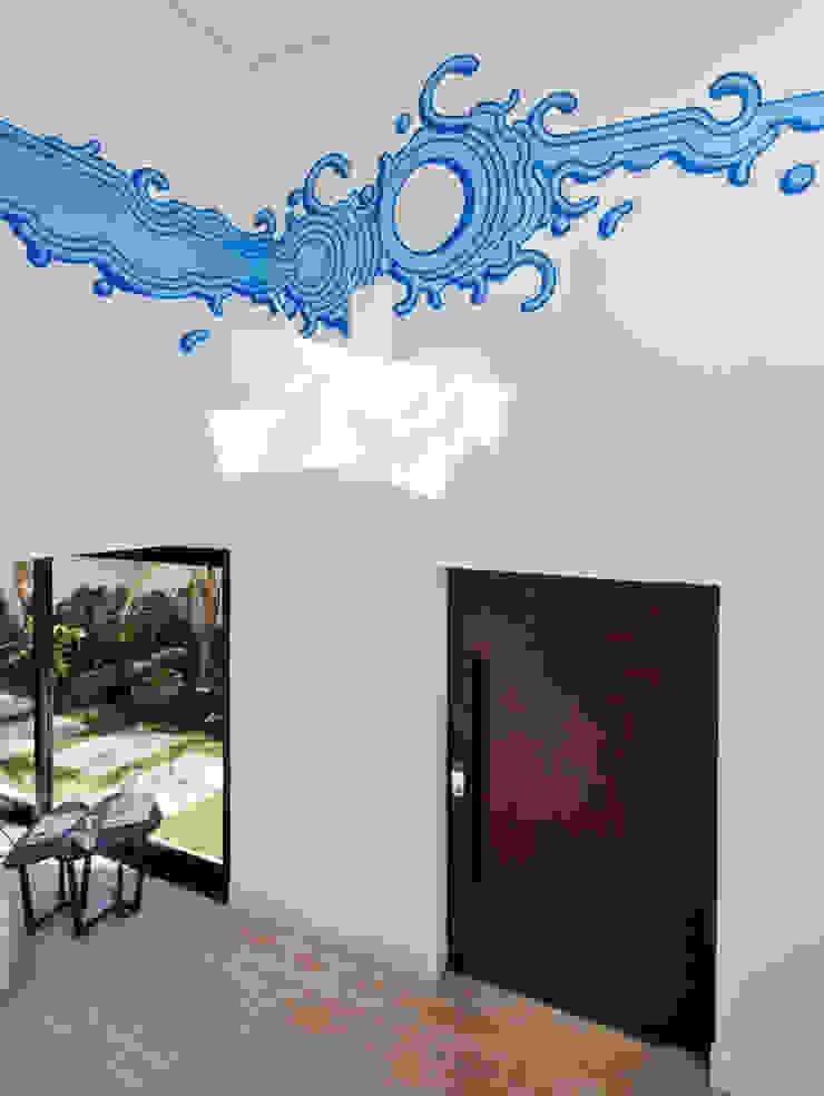 Conrado Ceravolo Arquitetos Modern corridor, hallway & stairs